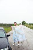 Genç adam arabasını kaybetti ve harita okuma bir yol kenarında park etmiş — Stok fotoğraf