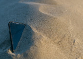 Smartphone lost in the sand — Stock Photo