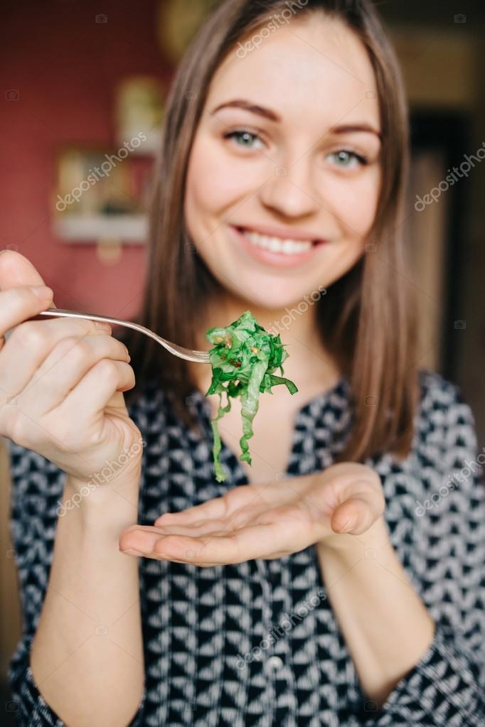 Красивая девушка готовит картинки