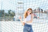 Arka plan mavi futbol g karşı poz trendy genç kız — Stok fotoğraf