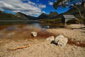 Cradle Mountain National Park with the wooden hut — Stock Photo