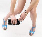 Gambe femminili perfette indossando tacchi alti e sacchetto di mano isolato su priorità bassa bianca — Foto Stock