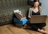 Woman doing online shopping from laptop — Stock Photo