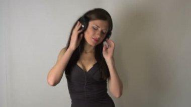 Girl listen to music in headphones — Stock Video