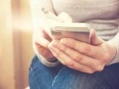 Digitação de smartphone — Fotografia Stock
