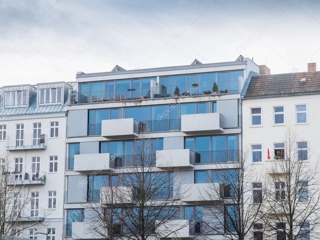 Immeuble d 39 habitation de verre moderne avec balcon for Image immeuble moderne