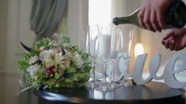 Man fills glass with a champagne on a wedding — Stock Video