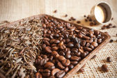 Dried tea leaves and roasted coffee beans: theine vs caffeine — Stock Photo