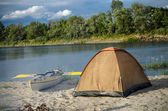 Tent on the riverside with yellow kayak — Stock Photo