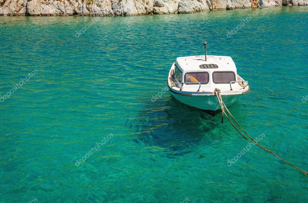 лодка у лазурного берега