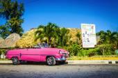 Klasyczny amerykański samochód różowy — Zdjęcie stockowe