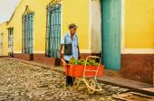 Cuban worker carries a wheelbarrow with bananas — Stock Photo