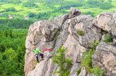 男は岩を登る — ストック写真