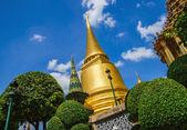 Classic golden buddhist chedi in Bangkok, Thailand — Stock Photo