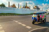 Tuk tuk and Bangkoks Grand Palace, Thailand — Stock Photo