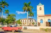 Purple classic American car in Vinales, Cuba — Stock Photo