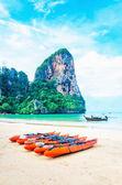 海滩与长尾船和皮划艇 — 图库照片