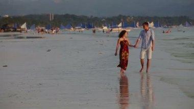 Пара вместе пройтись пляж на закате — Стоковое видео