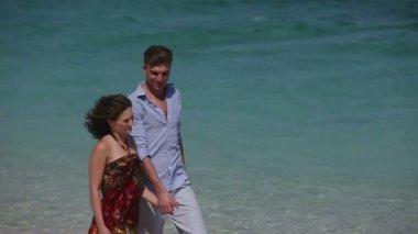 Пару Прогулка вместе вдоль пляжа — Стоковое видео