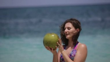 Young girl drinks coconut juice — Stock Video