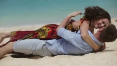 Lovers lying down on the beach — Stock Video