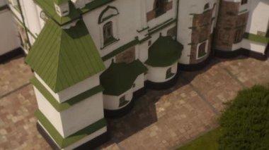 Kiev Sofia Church, Sofia of Kiev, Exterior, Golden Cupolas, Tilt Up, Panorama of Kiev on Background, Sunny Day — Stock Video