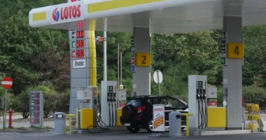 Men Are Get Off The Car Petrol Station Worker Filling Station Gas Station Lotos In Opole Poland Black SUV Rides To The Filling Station Cars are Moving — Stock Video
