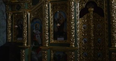 Iconostasis in The Dark - The Views Inside The Great Church of The Assumption of the Blessed Virgin Mary of Kiev Pechersk Lavra in Kiev, Ukraine. — Стоковое видео