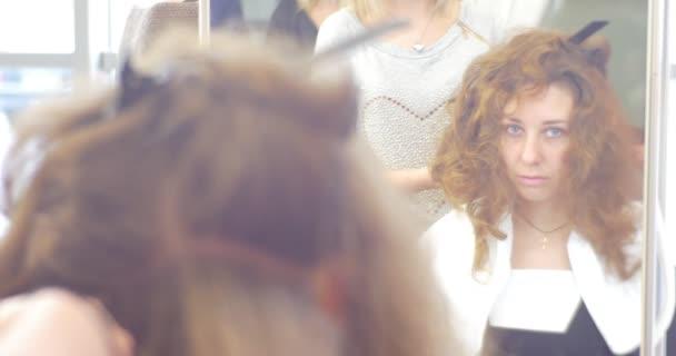 Reflet du modèle dans le miroir styliste coiffeur est de faire la ...