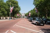 The Mall London, with Union Jack and tourists on the street in July 2013. — Stock Photo