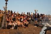 Menigten van toeristen verzamelen over stappen om te zien van zonsondergang. — Stockfoto