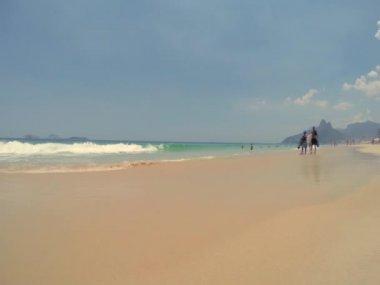 Rio de Janeiro Brazilians Walking Ipanema Beach — Stock Video