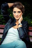 Deri ceket ile poz kız moda — Stok fotoğraf