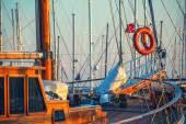 Bóia de vida vermelha no barco — Fotografia Stock