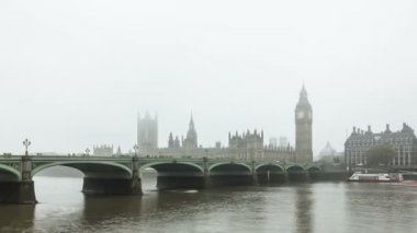 Foggy Albion. Time Lapse of Westminster Bridge and Big Ben in the fog. London, UK — Stock Video