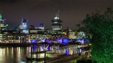 Motion time lapse of Southwark Bridge and City of London at night. — Stock Video