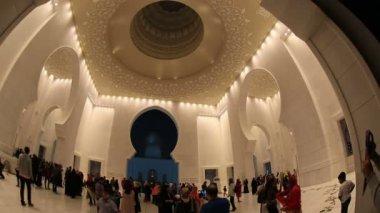Sheikh Zayed Grand Mosque Abu Dhabi UAE, pan shot — Stockvideo