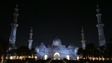 Zoom out Sheikh Zayed Grand Mosque Abu Dhabi UAE, night — Stockvideo