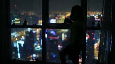 İçme kadın ve izle gece şehir — Stok video