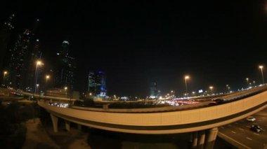 Sheikh Zayed Road üzerinde kalabalık saatte gece — Stok video