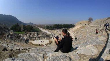Tourist use digital tablet — Stock Video