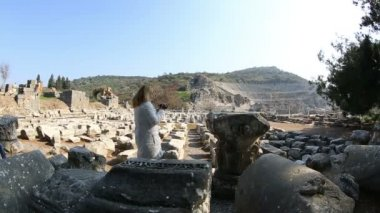 Tourist video camera in ruins ancient Ephesus — Stock Video