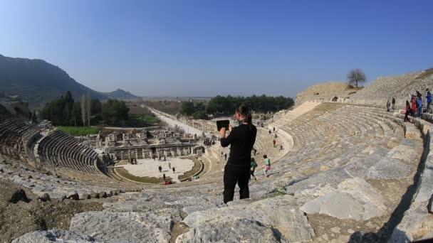 Tourist taking photo — Vidéo