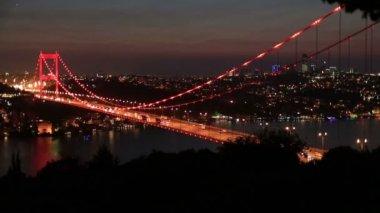 Tid förflutit blå tid trafiken på bron på natten, tracking shot — Stockvideo