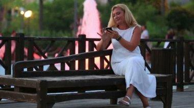 Attractive blonde women using smartphone — Stock Video