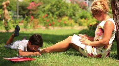 Mor och son avkopplande tid i parken — Stockvideo