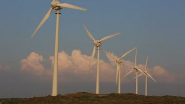 Time lapse wind turbines generating clean power — Stock Video