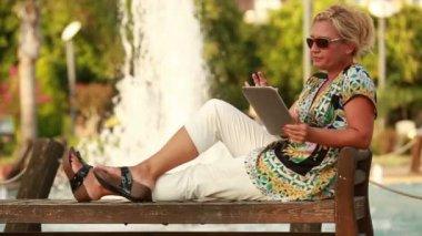 Atrakcyjny blond kobiet za pomocą cyfrowego tabletu — Wideo stockowe