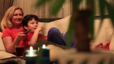 Anne ve oğlu komedi film izlerken — Stok video