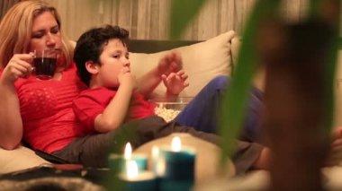 母亲和儿子看电影 3 — 图库视频影像
